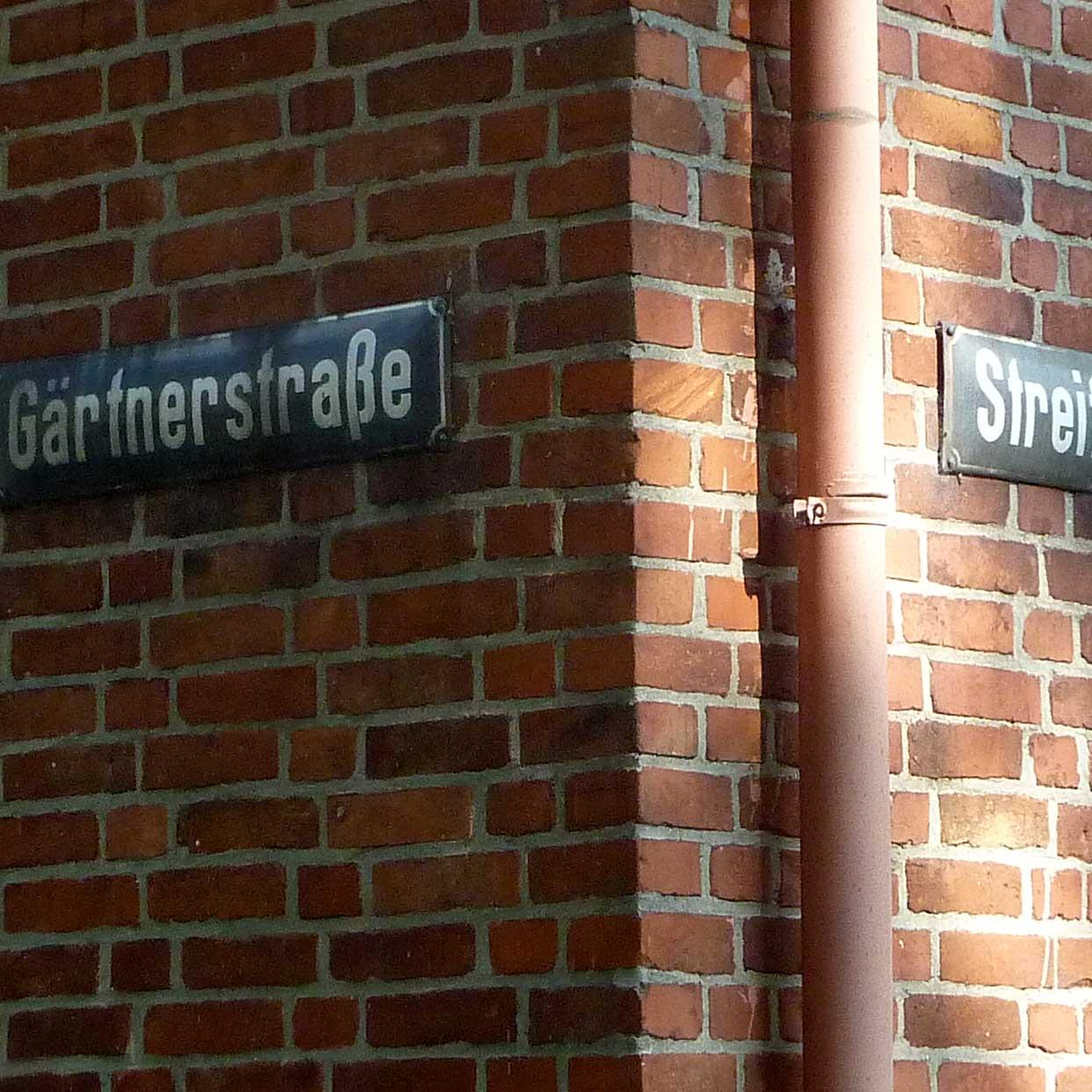 Straßenschilder an der Ecke Gärtnerstraße und Streitkamp